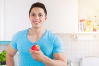 Apfel Frucht Obst Gesunde Ernährung junger Mann Essen Textfreiraum