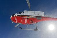 Helikopter Eurocopter AS 350B3 Ecureuil der Air Glaciers hebt ab vom Gipfel Äbeni Flue, Berner Alpen