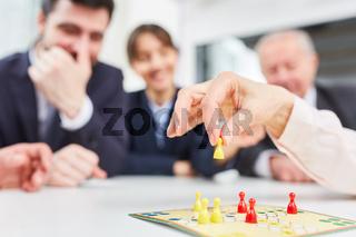 Hand hält Spielstein bei einem Brettspiel