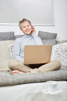 Seniorin mit Smartphone telefoniert entspannt