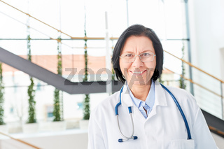 Ältere Frau als Facharzt mit Erfahrung