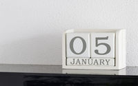 White block calendar present date 5 and month January