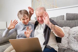 Senioren winken beim Video Chat