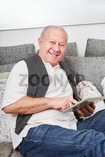 Glücklicher Senior mit einem Tablet