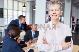 Ältere Frau als selbstbewusste Geschäftsfrau v