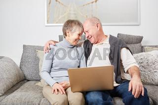 Liebevolles Senioren Paar im Wohnzimmer