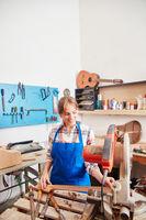 Frau als Handwerker arbeitet mit der Säge