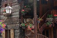 Blumenschmuck an einem Gomser Bauernhaus