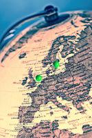 Paris und Berlin auf einem Globus