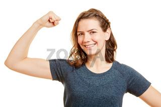 Starke Frau spannt Muskeln im Arm an