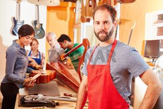 Junger Handwerker in der Werkstatt