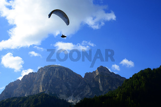 Paragliding am Sellamassiv in den Dolomiten