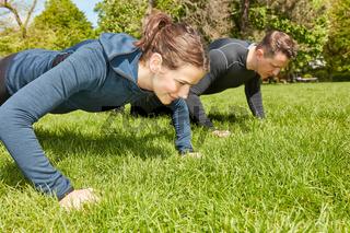 Paar macht Push-Ups als Fitnesstraining