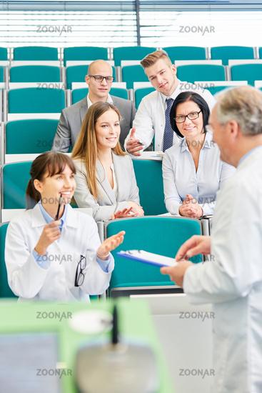 Frau als Medizin Studentin im Staatsexamen