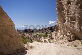 Schotterpiste durch Sandsteinschlucht Quebrada de Cafayate, Argentinien, Gravelroad through sandstone canyon Quebrada de Cafayate, Argentina