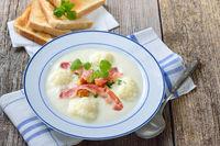 Blumenkohl-Cremesuppe mit Croutons und Speck