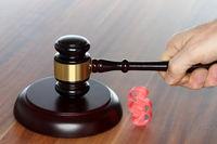 Richterschlag mit Paragraphensymbol