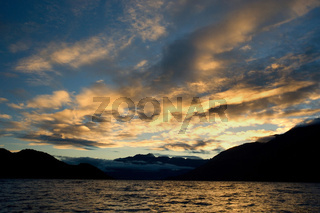 Lake Wakatipu, Blick zu den Bergen des Mount Aspiring Nationalpark mit sich aufloesenden Wolken nach einem heftigen Gewitter, Queenstown, Otago, Suedinsel, Neuseeland, Lake Wakatipu, view towards the stunning mountains of Mount Aspiring National Park with