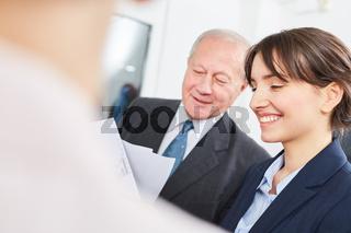 Azubi und älterer Geschäftsmann im Dialog