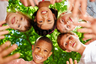 Multikulturelle Kinder bilden ein Team