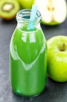 Grüner Smoothie Saft Apfel grün Kiwi Spinat Hochformat Schieferplatte Fruchtsaft Frucht Früchte