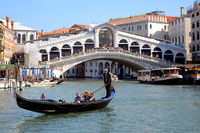 Die Gondel und Ponte Rialto, Venedig