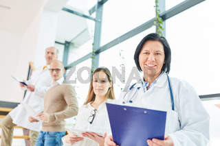 Ältere Frau als Ärztin mit Erfahrung