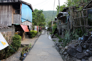 ärmliche Holzhäuser im Dorf