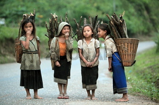 Menschen in der Landschaft in der Bergregion beim Dorf Kasi an der Nationalstrasse 13 zwischen Vang Vieng und Luang Prabang in Zentrallaos von Laos in Suedostasien.