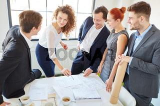 Geschäftsleute mit Consultant im Start-Up
