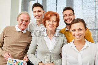 Business Team mit Senioren im Büro