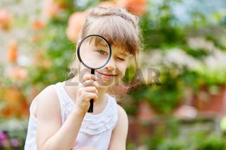 Mädchen als Detektiv mit Lupe