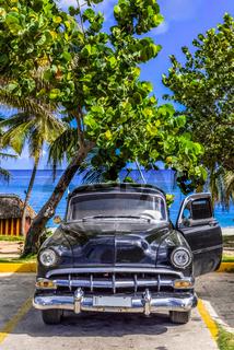 HDR - Amerikanischer schwarzer Oldtimer parkt am Strand von Varadero Kuba - Serie Cuba Reportage