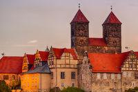 Blick auf das Quedlinburger Schloss bei Abendlicht