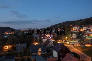 Dunkle und beleuchtete Stadt Wernigerode abends