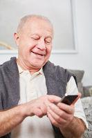 Senior beim Schreiben einer SMS