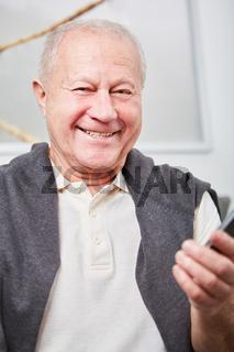 Glücklicher Senior mit Smartphone