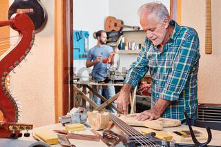 Senior als erfahrener Gitarrenbauer