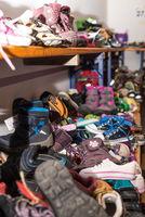 Verschiedene günstige Angebote für Kinder bei einem Kleiderbasar