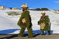 Zwei Naturchläuse gehen am Alten Silvester von Haus zu Haus