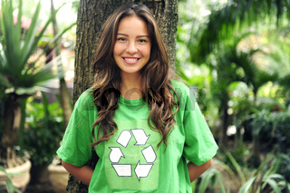 Recycling: junge Frau mit Recycle Symbol auf dem T-Shirt