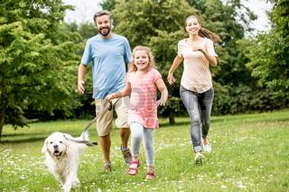 Mädchen und Retriever Hund im Park