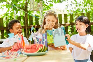 Gruppe Kinder bastelt Geschenktüten