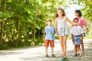 Mädchen lernt Skateboard fahren in den Ferien