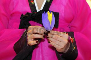 Frau faltet eine Lotusblüte aus Papier