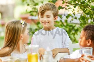 Junge und andere Kinder im Kindergarten