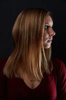 Junge Frau mit blonden Haaren im Profil