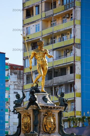 Goldene Brunnenskulptur in Batumi, Georgien