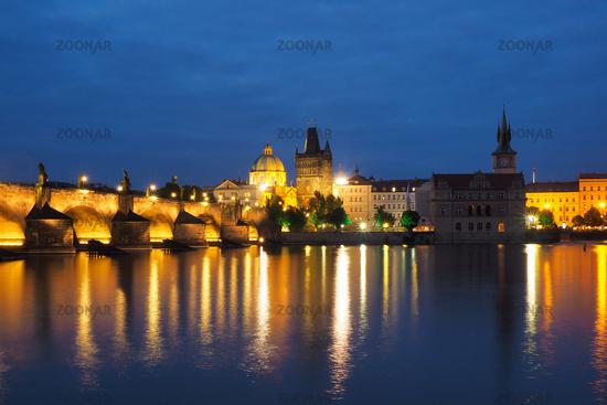 Nachtaufnahme der Stadt Prag, Tschechien