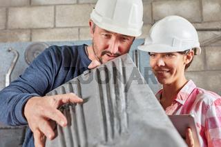 Metallarbeiter bei der Qualitätskontrolle